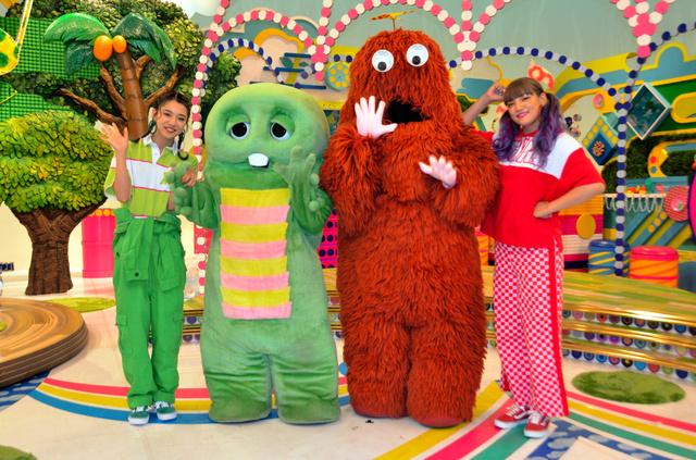 ガチャピン(中央左)とムック(同右)が「ガチャムク」で帰ってくる。E-girlsの武部柚那さん(左端)と須田アンナさん(右端)も出演する=東京都江東区のフジテレビ湾岸スタジオ