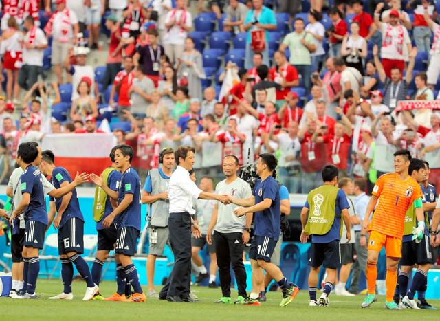 ポーランドに0―1で負けたが、決勝トーナメント進出が決まり、握手をかわす西野監督ら