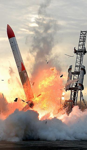 打ち上げ6秒後に落下し、炎を上げる小型ロケット「MOMO」2号機=30日午前5時30分、北海道大樹町、白井伸洋撮影