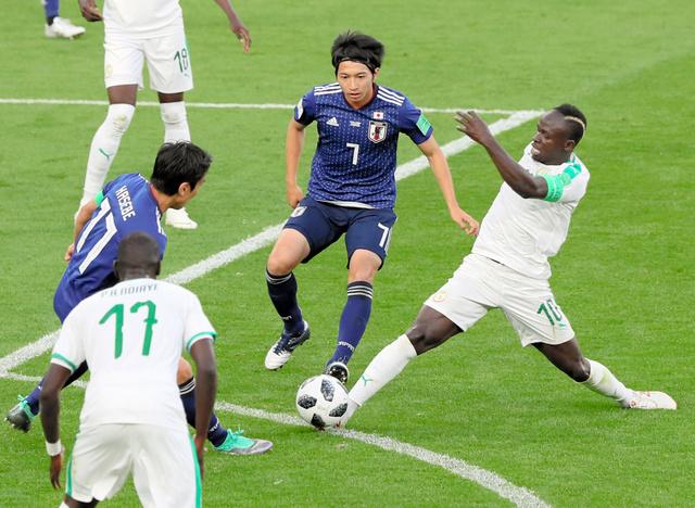 セネガル戦で相手とボールを奪い合う柴崎⑦と長谷部⑰