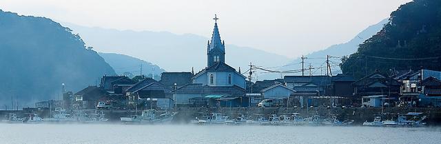 天草の崎津集落。中心の崎津教会は、かつて「絵踏」が行われた庄屋宅跡に立つ=熊本県天草市、日暮雄一さん撮影