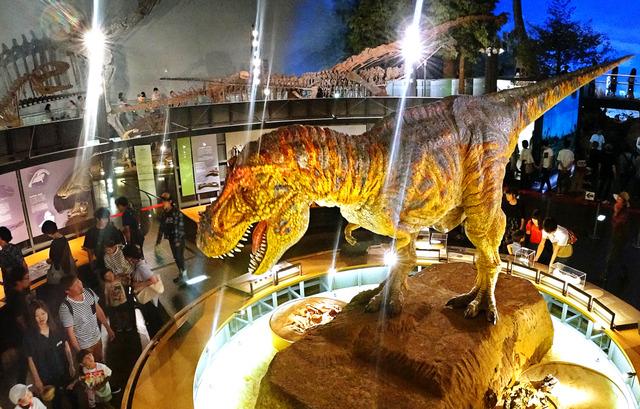 動くティラノサウルスの復元模型が出迎える。質感や動きがリアルで怖がって泣き出す子供もいた=福井県勝山市の県立恐竜博物館