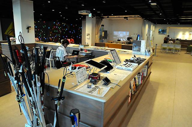 神戸市立神戸アイセンター病院内にあるビジョンパーク。白杖や拡大読書器などを誰でも体験できる=神戸市中央区