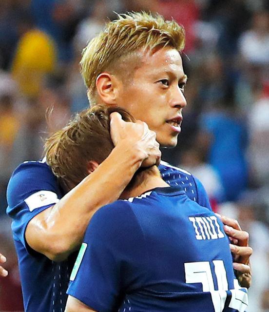 ベルギー戦の試合終了後、乾(右)をねぎらう本田