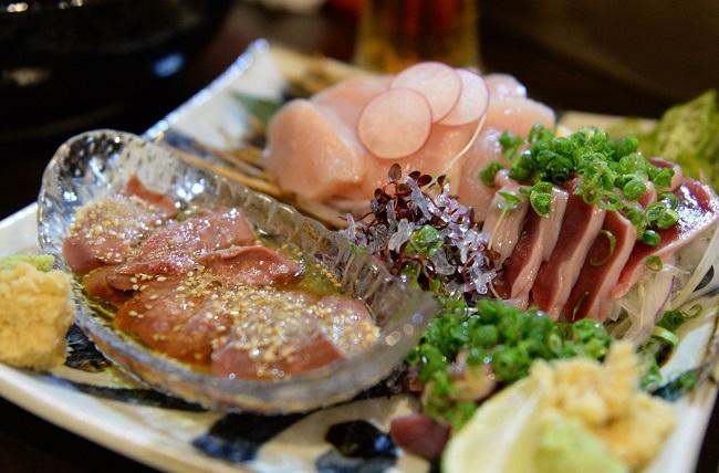 レバーや胸肉などが並ぶ、飲食店の鶏刺し盛り合わせ