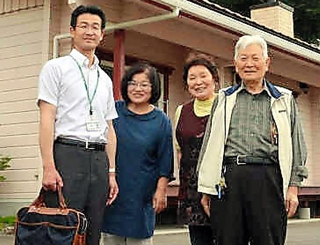 菅野敬さん(右端)の自宅を訪れた椛澤博一支店長(左端)=6月5日、福島県飯舘村
