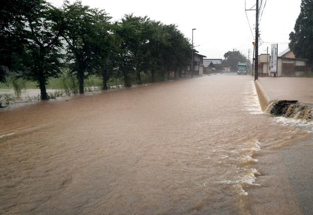 濁流が山から流れ込み、国道156号が通行止めになった=2018年7月7日午後5時7分、岐阜県郡上市白鳥町、上田潤撮影