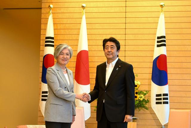 協議に先立ち握手する安倍晋三首相と韓国の康京和外相=8日、首相官邸、武田肇撮影