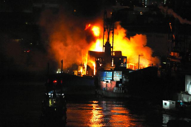 大阪・西成の廃棄物処理工場で火...