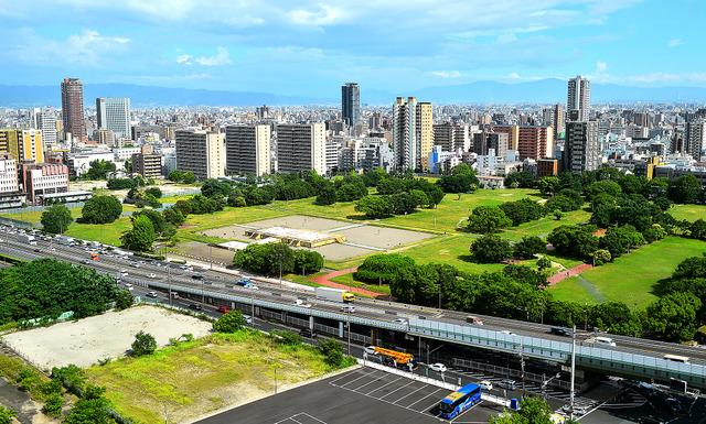 大阪歴史博物館から望む難波宮跡。阪神高速が横切り、高層ビルに囲まれている=大阪市中央区、滝沢美穂子撮影