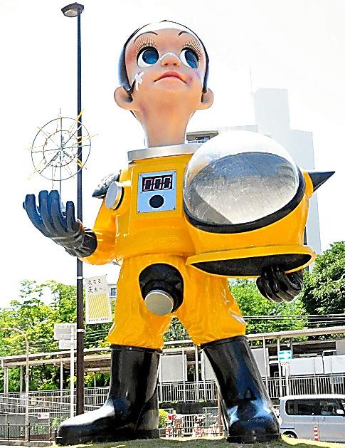 南茨木駅前に立つサン・チャイルドのうちの1体。視線は福島を向いている=大阪府茨木市