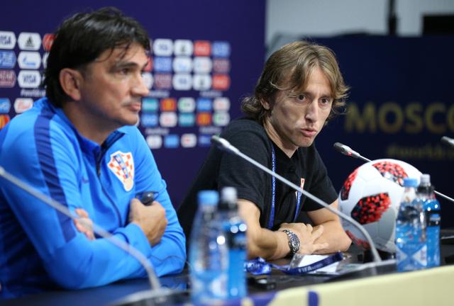 決勝のフランス戦に向け、記者会見するクロアチアのモドリッチ(右)とダリッチ監督=長島一浩撮影