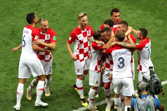 前半、同点ゴールを決め喜ぶペリシッチらクロアチアの選手たち=関田航撮影
