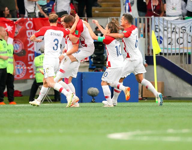 前半、同点ゴールを決め喜ぶペリシッチ(左から2人目)らクロアチアの選手たち=長島一浩撮影