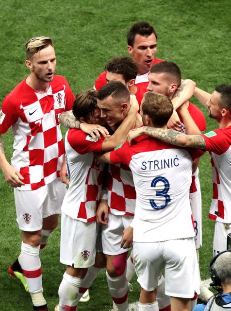 前半、同点ゴールを決め喜ぶペリシッチ(中央)らクロアチアの選手たち=関田航撮影