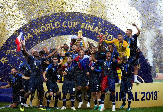 優勝を決め、トロフィーを掲げて喜ぶフランスの選手たち=長島一浩撮影