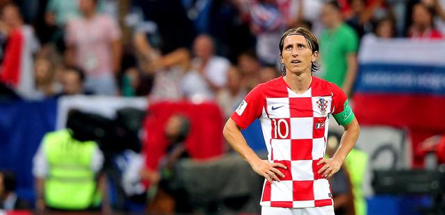 後半、フランスに3点目を奪われ、腰に手をあてるクロアチアのモドリッチ=長島一浩撮影