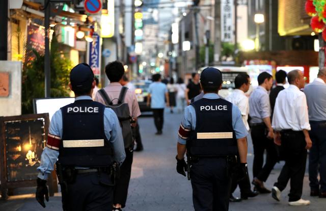 北九州・小倉の繁華街では、今も警察官のパトロールが続いている=2018年7月11日夜、北九州市小倉北区
