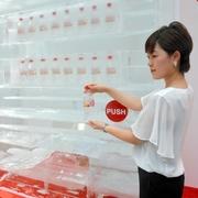 氷でできた自販機から透明コーラ 猛暑の渋谷でPR