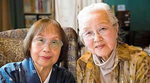 石牟礼道子さん(左)と。2人の手紙は『遺言 対談と往復書簡』(筑摩書房)に収められている=2012年4月、矢幡英文氏撮影