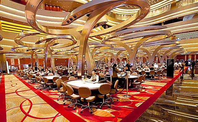 マリーナ・ベイ・サンズのカジノ。入り口近くにバカラ卓が並ぶ=シンガポール、マリーナ・ベイ・サンズ提供
