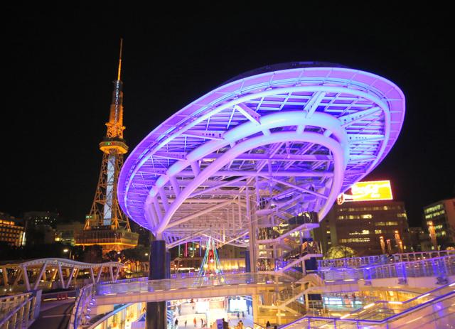 ライトアップされた名古屋テレビ塔(左)とオアシス21=2015年2月16日、名古屋市東区