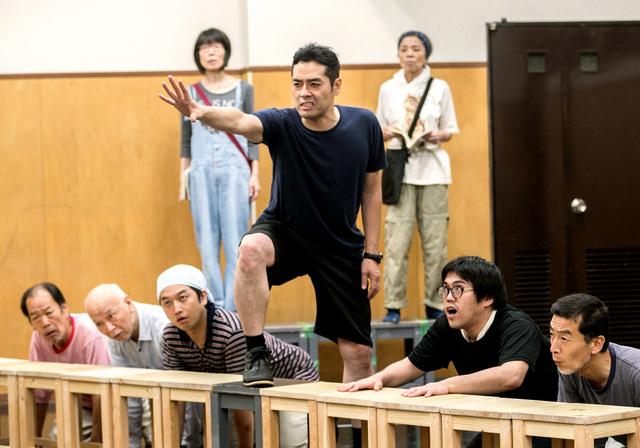 「九月、東京の路上で」を稽古する劇団燐光群の出演者ら=東京都内