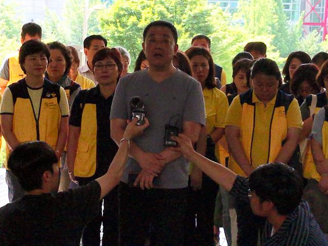 判決を受けて記者会見する、セウォル号沈没事故で亡くなった高校生の親たち=19日、ソウル中央地裁、武田肇撮影