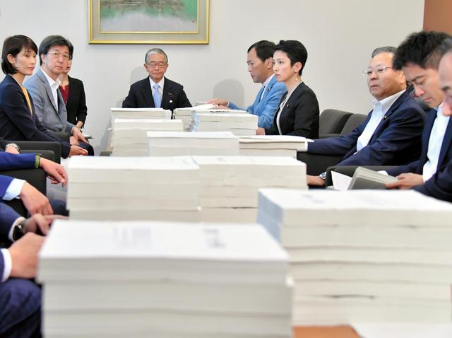 財務省から提出された森友学園問題「改ざん前文書」と交渉記録=5月23日