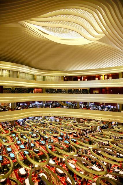 2010年に開業したシンガポールのマリーナ・ベイ・サンズのカジノ。入り口近くにはバカラ台が並ぶ(マリーナ・ベイ・サンズ提供)