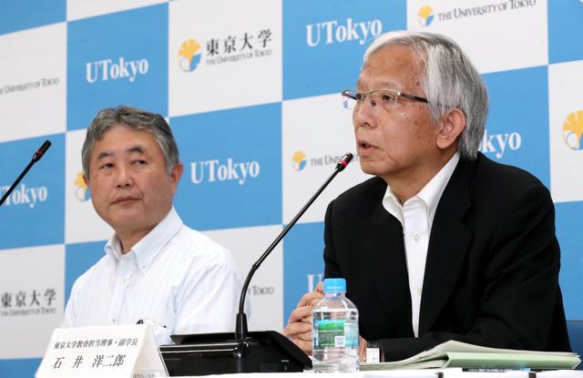 会見する東京大の石井洋二郎副学長(右)。左は福田裕穂副学長=2018年7月19日午前、東京都文京区本郷、嶋田達也撮影