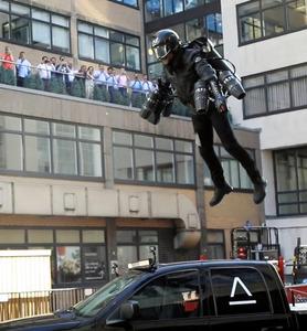 ロンドンで18日に実演された空飛ぶスーツ=セルフリッジズ提供の動画から