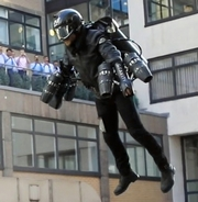 「空飛ぶスーツ」、英百貨店が発売 飛び方レッスン付き