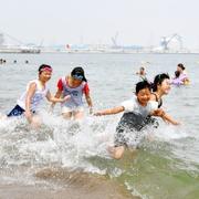 相馬の浜、にぎわい戻る 震災後初の海開き 福島