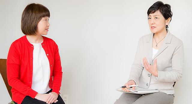 富永美保さんにインタビューする国谷裕子さん(右)=福島県郡山市