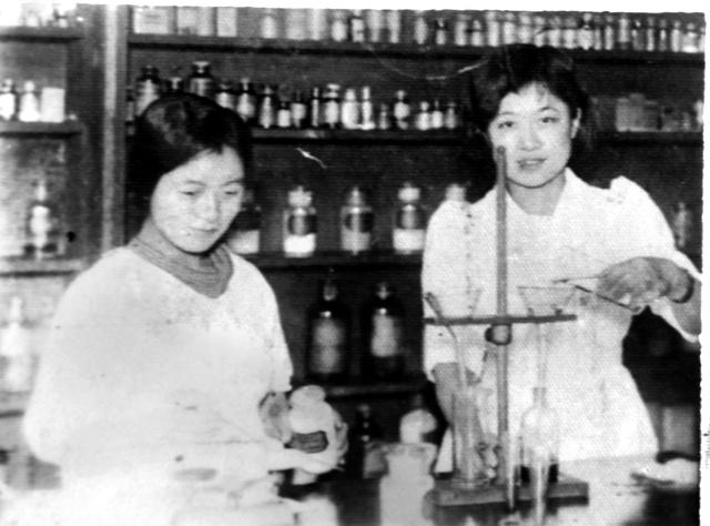 生前の母・茂子さん(左)と、一緒に働いていた可鳳岐さん(櫛渕久子さん提供)