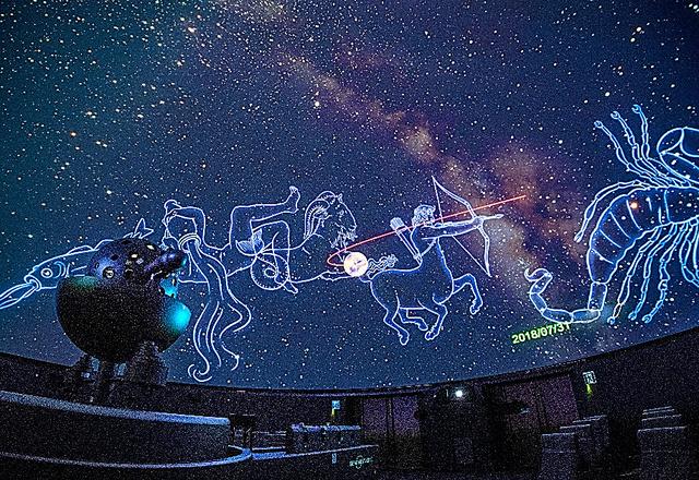 大接近する火星の動きを解説するプラネタリウムの映像=東京都渋谷区のコスモプラネタリウム渋谷