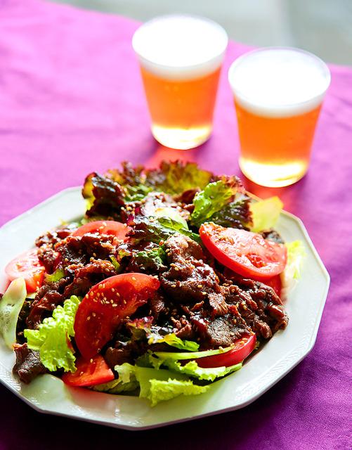 牛肉とトマト、キュウリの焼き肉サラダ=写真・伊藤菜々子
