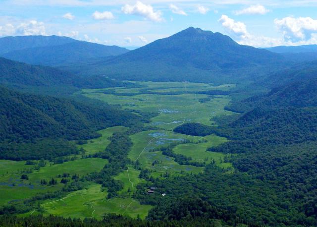 至仏山から見た尾瀬ケ原の湿原と燧ケ岳。燧ケ岳と至仏山の山頂間の直線距離は11・5キロ