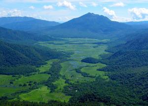 燧ケ岳・至仏山 尾瀬の湿原を一望