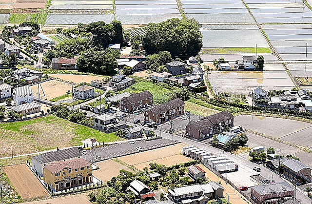 田園地帯に賃貸アパートが立ち並ぶ=埼玉県羽生市、本社ヘリから、山本壮一郎撮影