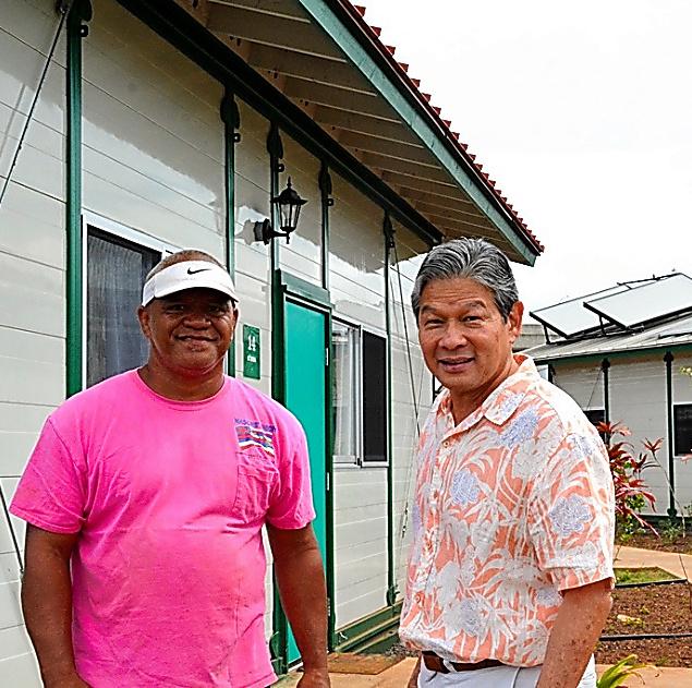 ホノルルに仮設住宅の村を建設しているデュエイン・クリスさん(右)と、今年1月に入居したロナルド・カウアイさん=ハワイ州ホノルル、宮地ゆう撮影