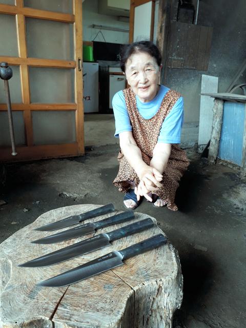獲物の解体や料理に使う山刀「ナガサ」=秋田県北秋田市