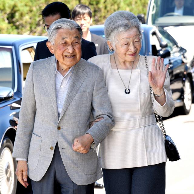 利尻空港に到着し、子どもたちの出迎えに手を振る天皇、皇后両陛下=2018年8月4日午後0時9分、北海道利尻富士町、白井伸洋撮影