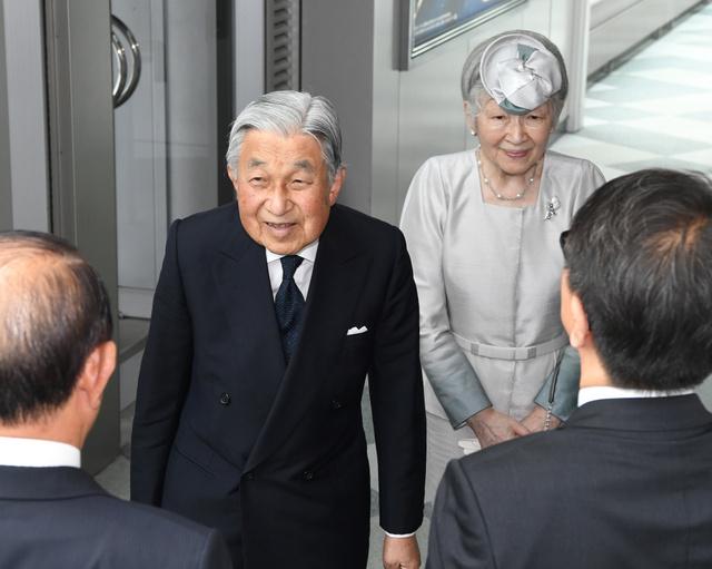 帰京のため新千歳空港に到着した天皇、皇后両陛下=2018年8月5日午後2時37分、北海道千歳市、迫和義撮影
