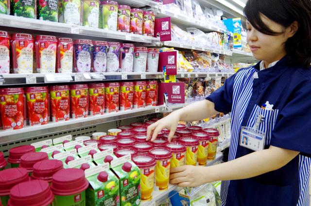 「豆乳バナナスムージー」を並べる店長の越智かほる子=東京都品川区