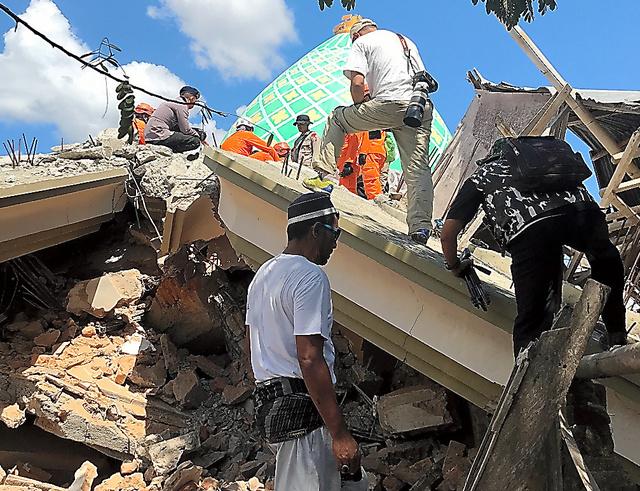 地震で倒壊したロンボク島西パメナン地区のモスク。複数が生き埋めになっているとみられている=7日、守真弓撮影