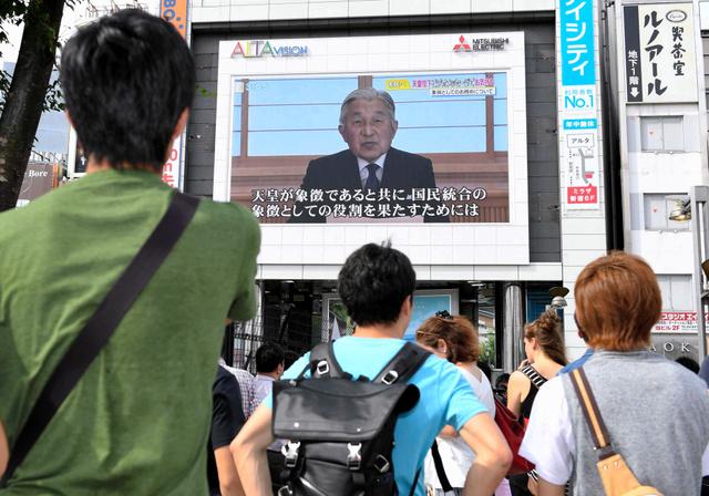 街頭の大画面でも天皇陛下のビデオメッセージが流れた=2016年8月8日午後3時5分、東京・新宿