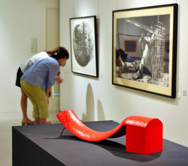 作品が並ぶ展示室。手前は清水九兵衞「MASK-81」=大阪市西区