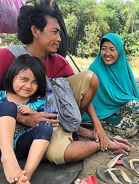 避難生活を送る岡本みどりさん(右)は6年前に結婚してロンボク島に移り住んだ=9日、ロンボク島、守真弓撮影